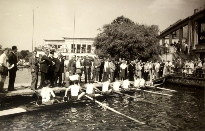 Hamburger Schüler-Ruderverband, Siegerehrung auf der Hamburger Ruderegatta. Im Hintergrund das Schulbootshaus