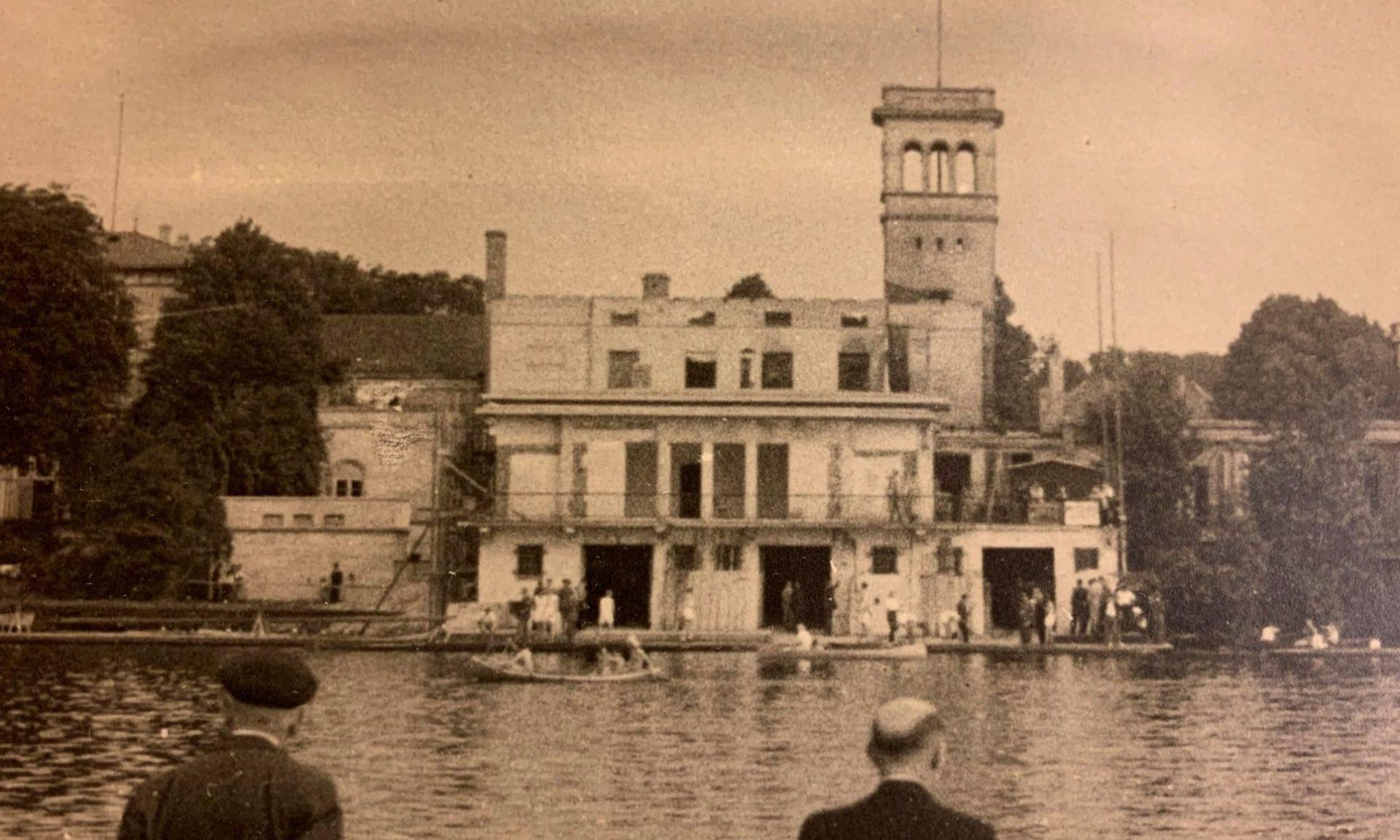 """Das Bootshaus """"Am Langen Zug"""" nach den Bombennächten des 2. Weltkriegs"""